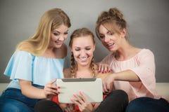 3 женщины используя таблетку Стоковая Фотография