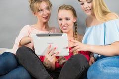 3 женщины используя таблетку Стоковое фото RF