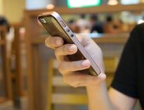 Женщины используя умный телефон в ресторане Стоковые Фотографии RF