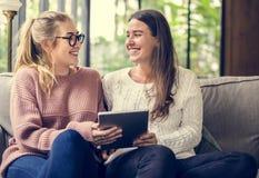Женщины используя цифровую таблетку совместно Стоковое фото RF