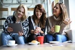Женщины используя цифровую таблетку Стоковые Фотографии RF