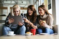 Женщины используя цифровую таблетку Стоковое фото RF