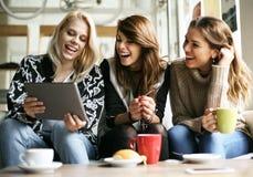 Женщины используя цифровую таблетку Стоковое Изображение RF