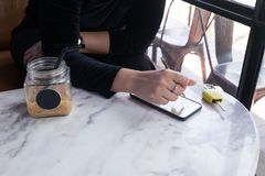 Женщины используя smartphone в кофейне Стоковая Фотография RF