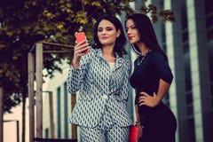 2 женщины используя smartphone Стоковые Фото