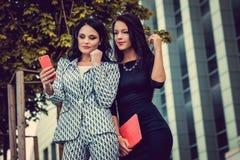 2 женщины используя smartphone Стоковая Фотография RF