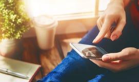 Женщины используют телефон Стоковые Фотографии RF