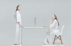 2 женщины используя будущую технологию Стоковые Изображения RF
