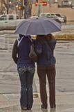2 женщины используя зонтик Стоковые Фотографии RF
