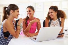Женщины используя компьтер-книжку в современном офисе начинают вверх дело Стоковые Фото