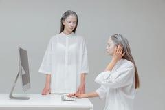 2 женщины используя компьютер, ПК Стоковая Фотография