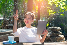 Женщины используя покупки оплат компьтер-книжки онлайн и сетевое подключение клиента значка на экране Стоковые Фотографии RF