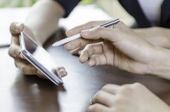 Женщины используя таблетку с ручкой грифеля Стоковая Фотография