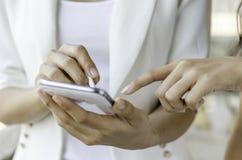 Женщины используя таблетку с ручкой грифеля Стоковое Фото