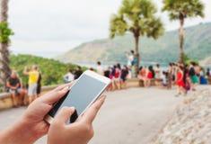 Женщины используя умный телефон на запачканной улице Стоковые Изображения