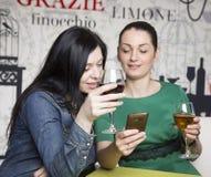 2 женщины используя умный телефон Стоковые Фото