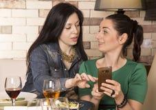 2 женщины используя умный телефон Стоковое Фото