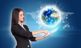 Женщины используя цифровую таблетку Земля с сетью и Стоковое фото RF