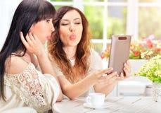 Женщины используя цифровую таблетку Стоковая Фотография RF