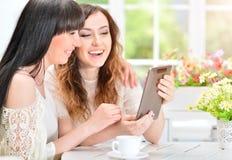 Женщины используя цифровую таблетку Стоковые Фото