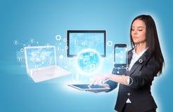 Женщины используя цифровые таблетку и землю с Стоковые Изображения