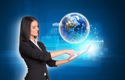 Женщины используя цифровые таблетку и землю Стоковое Фото