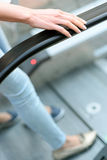 2 женщины используя эскалатор для движения Стоковые Изображения RF