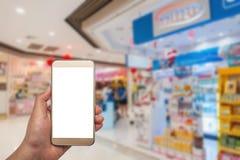 Женщины используя smartphone в покупках Стоковая Фотография