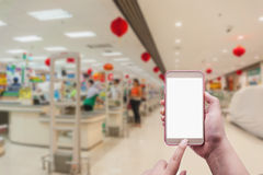 Женщины используя smartphone в торговом центре Стоковые Изображения