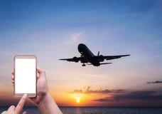 Женщины используя smartphone на плоской авиакомпании Стоковое фото RF
