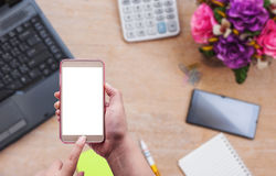 Женщины используя smartphone на столе офиса Стоковые Изображения RF