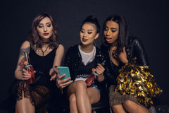 Женщины используя smartphone совместно во время партии Стоковое Фото