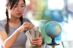 Женщины исследуют глобус для того чтобы запланировать их отключение Стоковые Фото