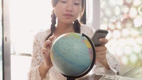 Женщины исследуют глобус для того чтобы запланировать их отключение Стоковое фото RF