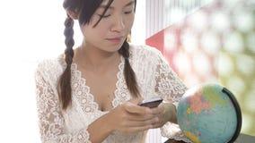 Женщины исследуют глобус для того чтобы запланировать их отключение Стоковые Изображения RF