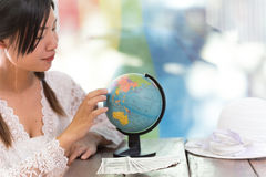 Женщины исследуют глобус для того чтобы запланировать их отключение Стоковая Фотография RF