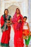 2 женщины и девушка стоящий внешний Тадж-Махал в Агре, Uttar p Стоковая Фотография