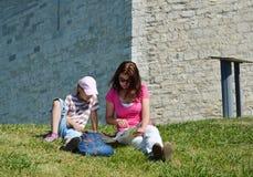 Туристы под укрепленной стеной Стоковое Фото
