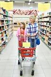 Женщины и девушка с покупками тележки в супермаркете Стоковое фото RF