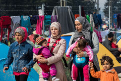 Женщины и дети в лагере беженцев в Греции Стоковая Фотография RF