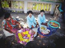 Женщины и дети продают ладан Стоковая Фотография