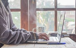 Женщины и компьютеры дома древесина и кофе стоковое изображение