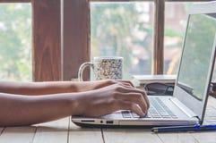 Женщины и компьютеры дома древесина и кофе стоковое изображение rf