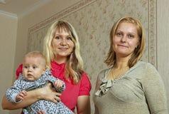 2 женщины и младенец. Стоковая Фотография