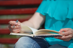 Женщины и образование, конец вверх рук девушки изучая для coll Стоковое фото RF