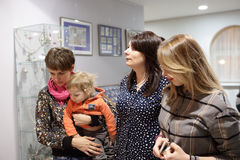 Женщины и ребенок в музее Стоковые Фото