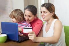 Женщины и ребенок делая покупки в интернете Стоковая Фотография RF