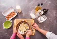 Женщины и ребенок делая тесто печенья Стоковое Изображение RF