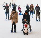 Женщины и ребенок катания на коньках Стоковые Фото