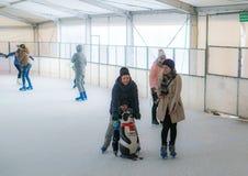 Женщины и ребенок катания на коньках Стоковые Фотографии RF